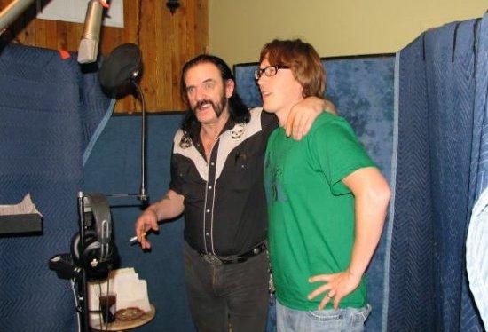 Cameron Webb és Lemmy Kilmister énekel a Motörizer felvételei alatt
