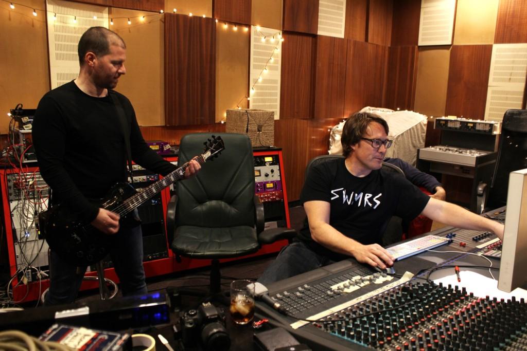 Stúdióban a zenekar Cameron Webb-bel / Fotó: Pogonyi Nóra