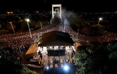 Budapest, 2018. augusztus 20. A Tankcsapda zenekar koncertje az 20-ai nemzeti ünnep elõestjén az Erzsébet híd budai hídfõjénél, a Szent Gellért-szobor elõtt felállított színpadon 2018. augusztus 19-én. MTI Fotó: Illyés Tibor